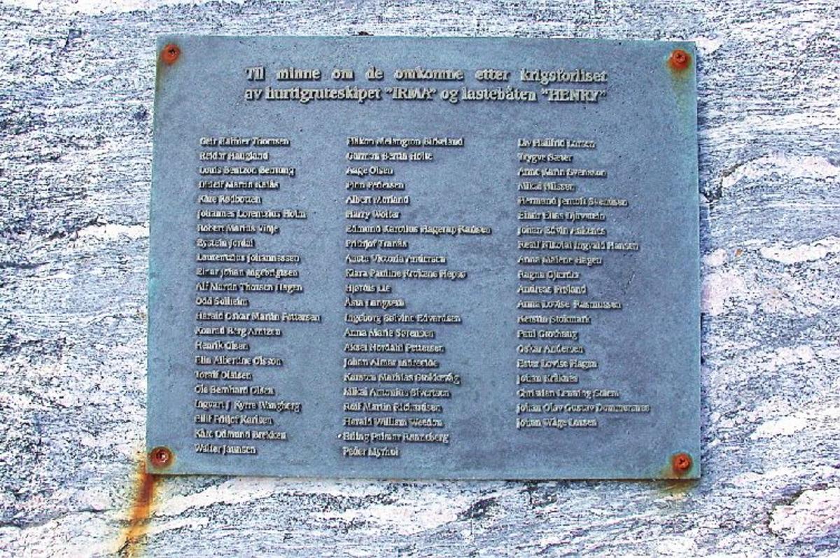 TO 30 tonn store steinblokker skåret ut av fjellet på Røeggen,rettet fysisk mot stedet hvor tragedien skjedde,på hver sin kant et nedsenket rom i fjellet som skal symbolisere de to båtene som ble senket. Monumentetnavn er Stille rom. Et sted for sorg,savn,ettertanke og forsoning. Bronseplate med navnene på de omkomne er festet til fjellet 10 m Øst for minnesmerket.