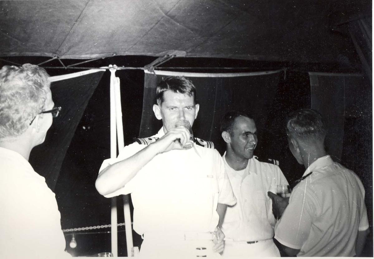 Enkeltbilde. C-kl jager, KNM Bergens tokt til Key West i 1962. her skåles det.