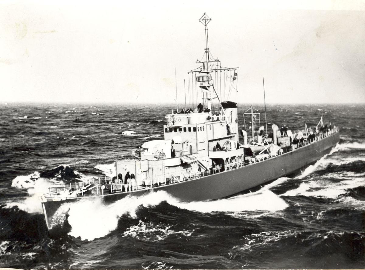 "HMCS Pentang, senere KNM ""Draug"" babord siode forfra - under fart."