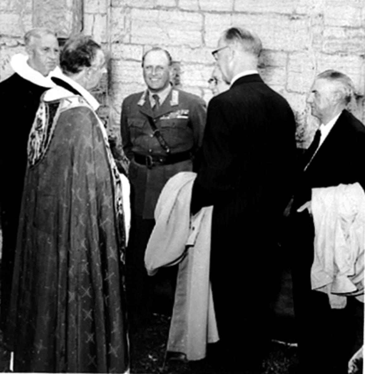 HAMARDAGEN 1955, PREST, BISKOP SCHJELDERUP, HKH. KRONPRINS OLAV, LENGST TIL HØYRE RÅDMANN SIG. PEDERSEN, VED SIDEN AV HAN ORDFØRER AUDENSEN.