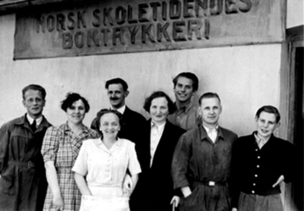 GRUPPE 8, NORSK SKOLETIDENDES BOKTRYKKERI, LUDVIGSEN, LOUISE ELVSVEEN, HJØRDIS WISTH, TORGERSEN, EVY EVENSEN, ALF SOLHEIM, ALFRED WISTH, HARRY ?, GRØNNEGATE 102