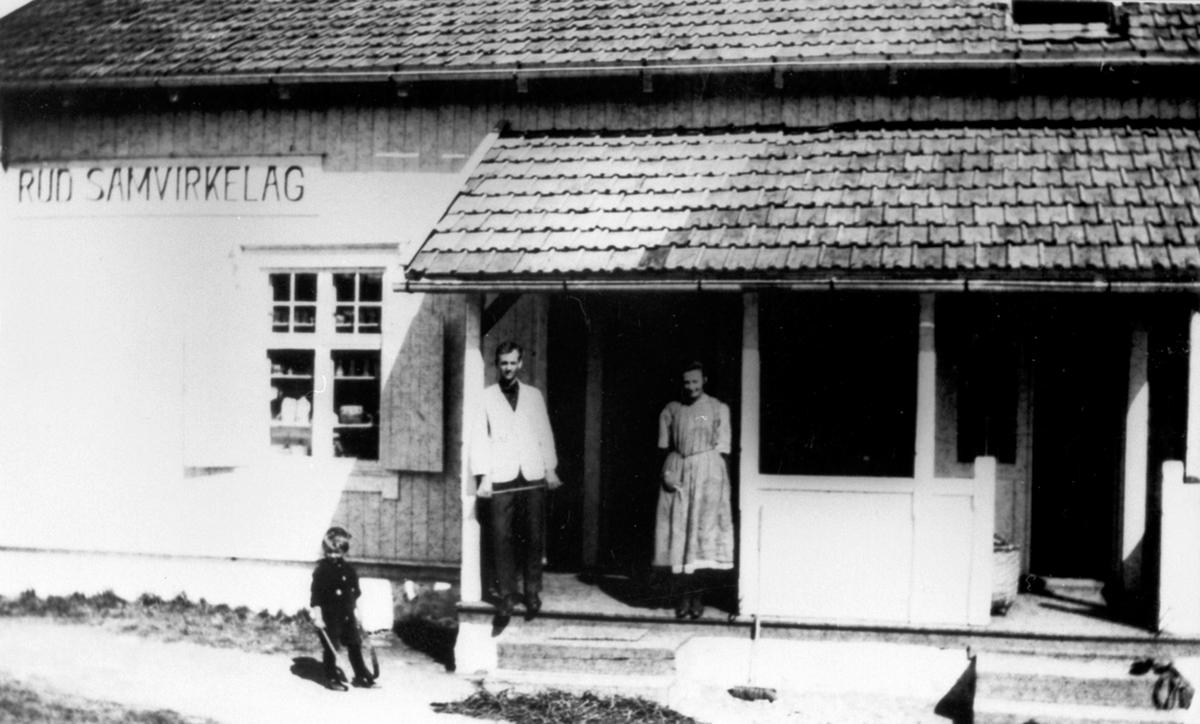 Bestyrerparet Kristian og Agnes Oswold, Rud Samvirkelag, Rudshøgda, Ringsaker.