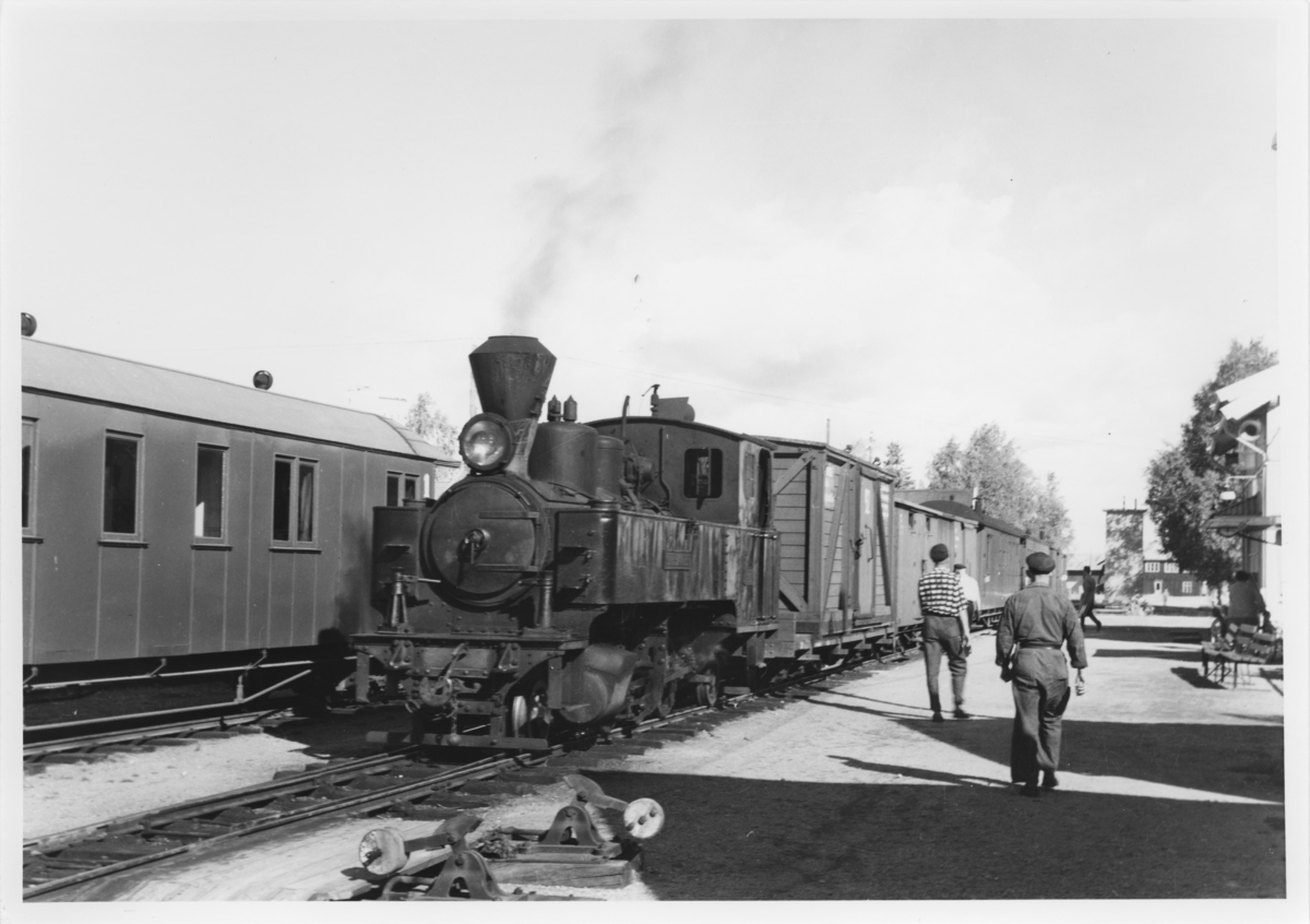 Lok 4 Setskogen har ankommet Bjørkelangen stasjon med tog 2051.