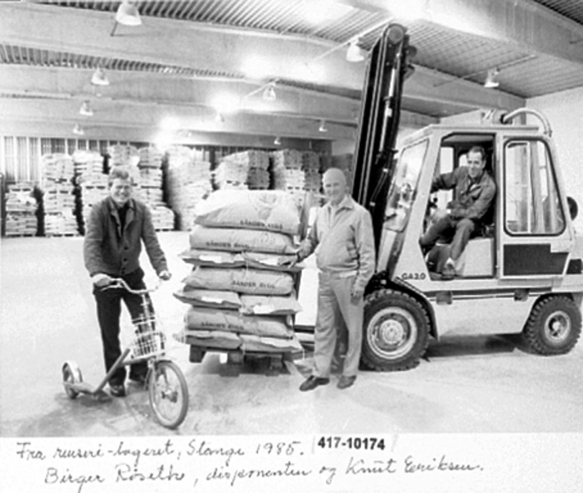 HEDMARK FRØFORRETNING OG BRENNERI A. S, NYTT LAGER TATT I BRUK 02. 01. 1967, RENSERILAGERET, FRA VENSTRE: BIRGER RØSETH, DISPONENT GULBRAND GJESTVANG OG KNUT ERIKSEN PÅ TRUCK