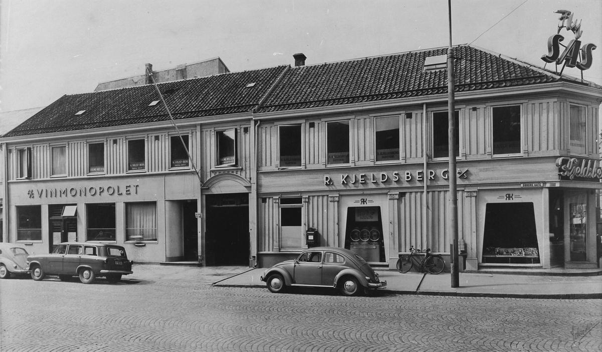 R. Kjeldsbergs butikk i O. Tryggvasons gate og Vinmonopolet i Søndre gate