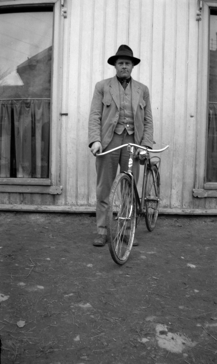 Ukjent mann med sykkel.