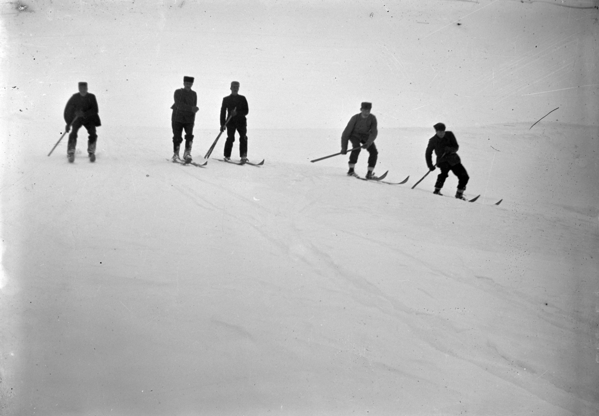 Fem menn på skitur.