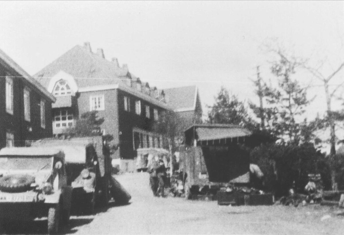 Tyske soldater og kjøretøyer utenfor Orkla Hotell. Nærmest til venstre en Volkswagen Kübelvagen.