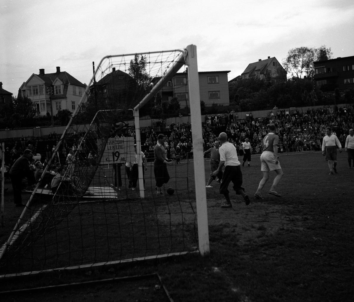HAMAR JERNSTØPERI OG MEK. VERKSTED, HAM-JERN, HAM-JERNLEKENE 1952, FOTBALLKAMP, HAMAR STADION,