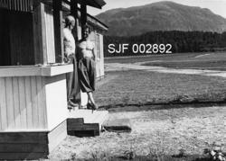 To menn på trappa til Rogaland Skogselskaps planteskole på R