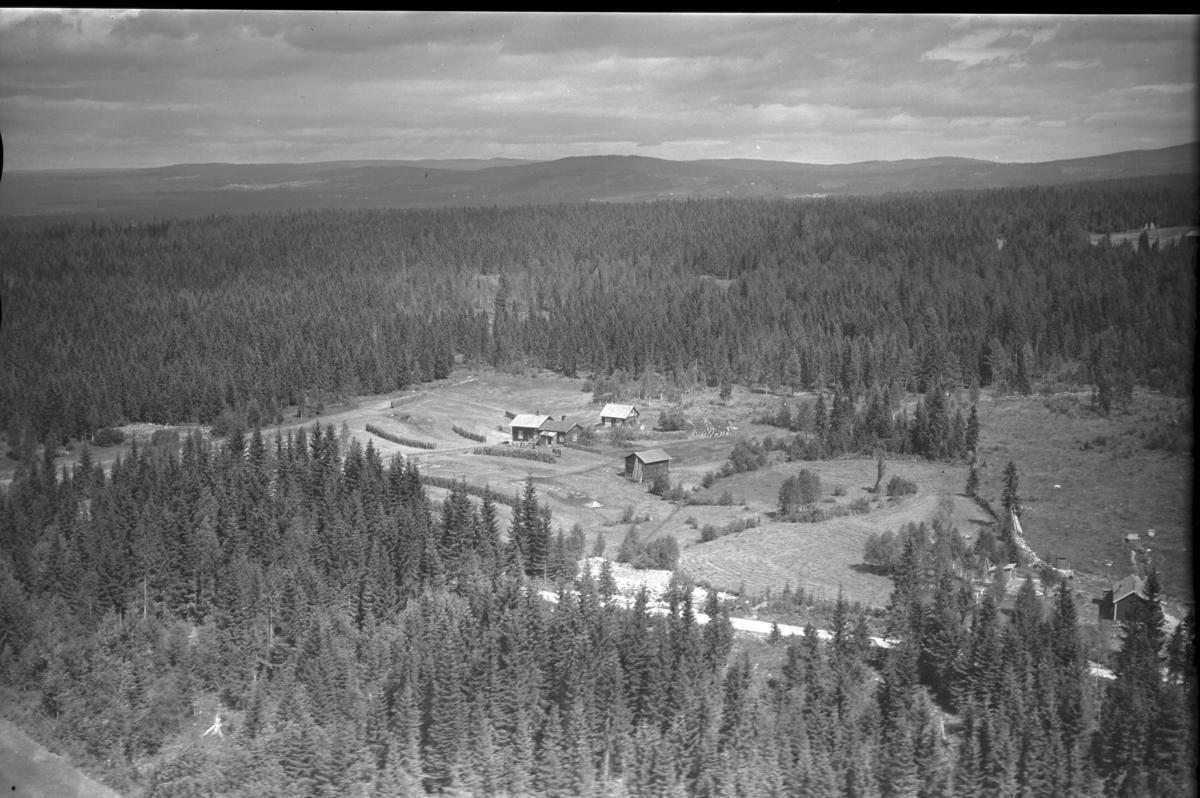Ophus (Gnr 112/14) i Sørskogbygda. Øvre Uthuslivegen 153. Husene ble fjernet en gang etter 1970.