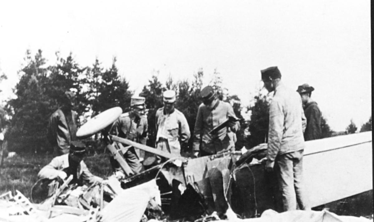 1916. Mannerström och Kruse omkommer vid haveri i Skillingaryd med flygplan Morane Parasol Thulin D armeflygplan nr.19.