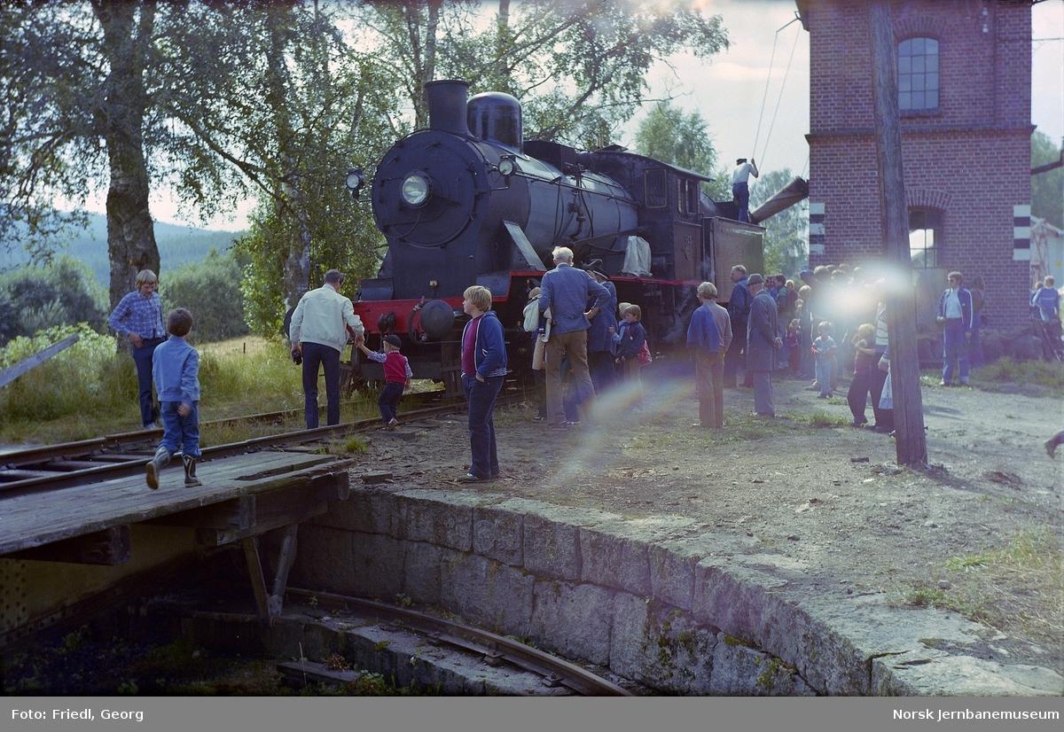 Krøderen stasjon med damplokomotiv type 24b nr 236 ved vanntaking