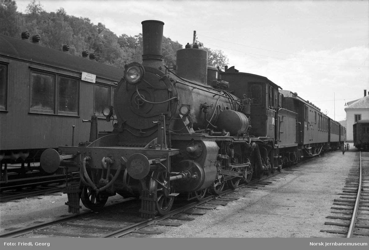 Damplokomotiv type 18c nr. 158 foran persontog på Arendal stasjon