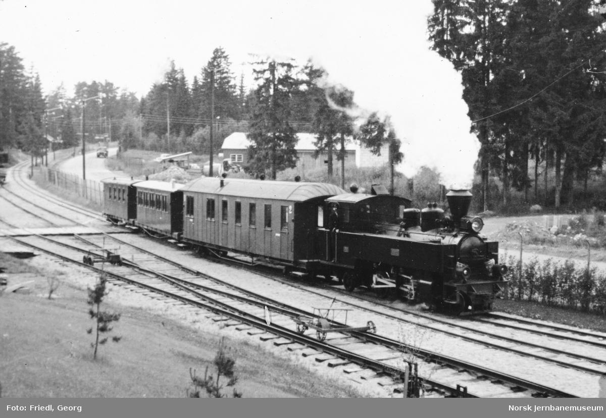 "Damplokomotiv type XXIXb nr. 7 ""Prydz"" foran Tertittoget på Jernbanemuseet"