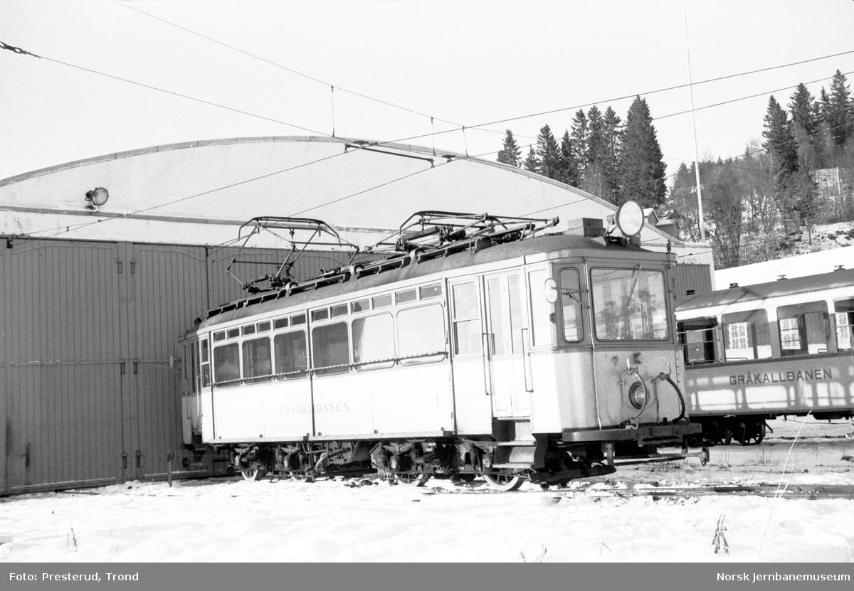 Gråkallbanens vogn 1 foran vognhallen på Munkvoll