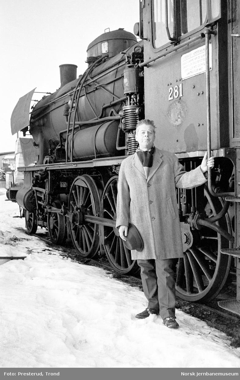 Damplokomotiv type 30a nr. 281 venter på opphugging