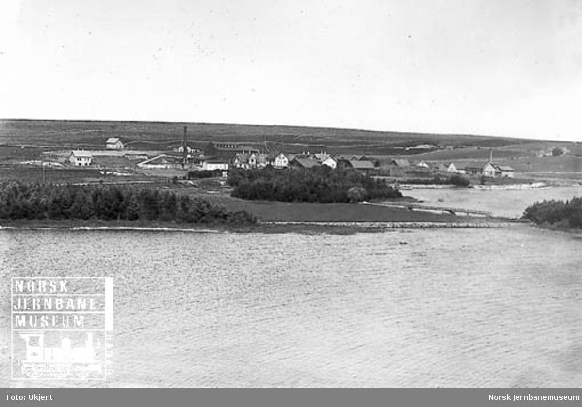 Oversiktsbilde med tettstedet og stasjonen på Klepp
