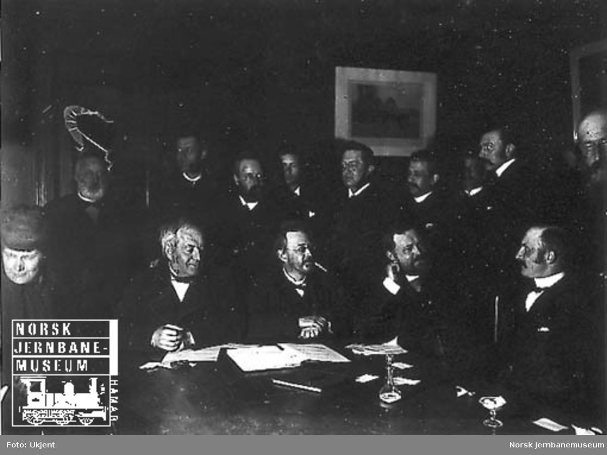 Gruppebilde av jernbanens styrelse med Carl Abraham Pihl