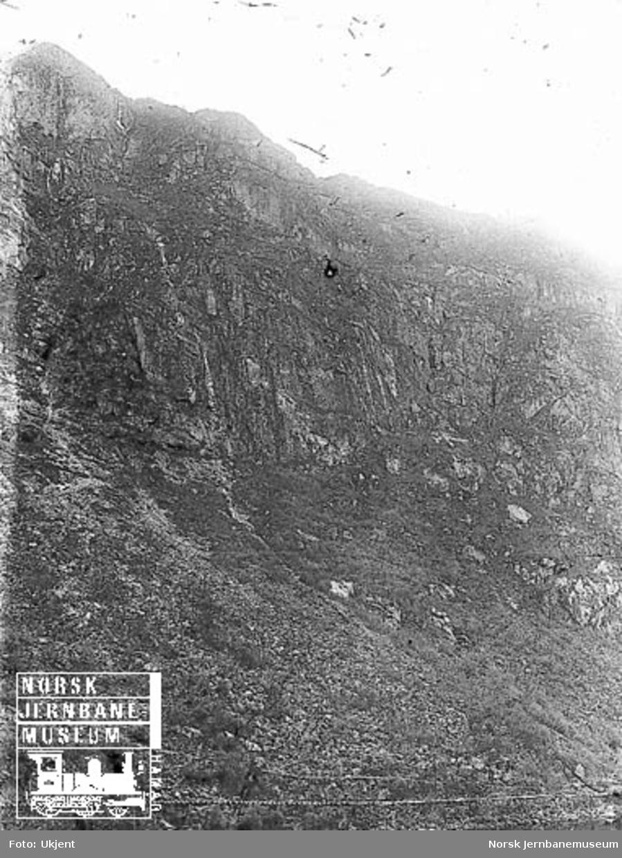 Fra Flekkefjordbanen før anlegget, parti fra Drangsdalen med fjellrekken fra Lyngodden til Øiktofjell