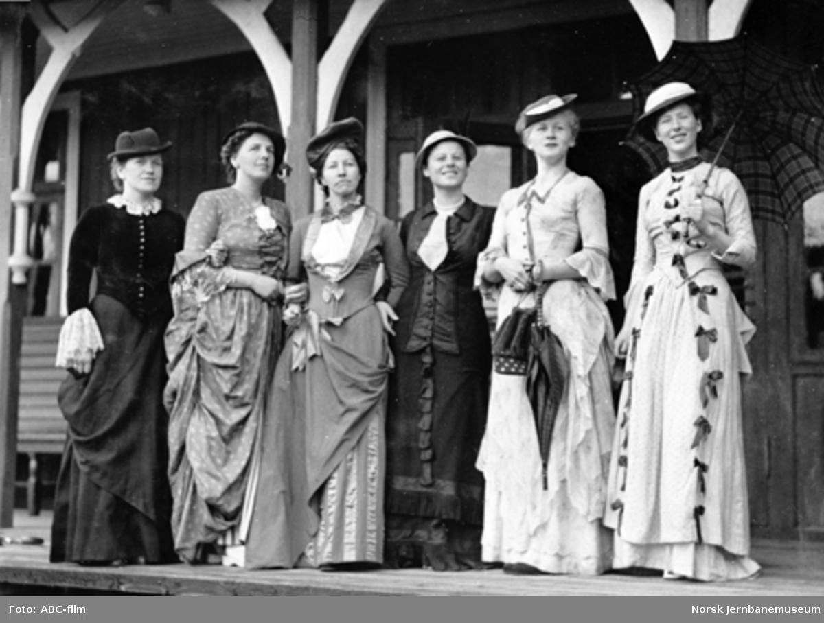 """Jernbanemuseet på Disen : Kvinnelige """"reisende"""" i gamle klær"""