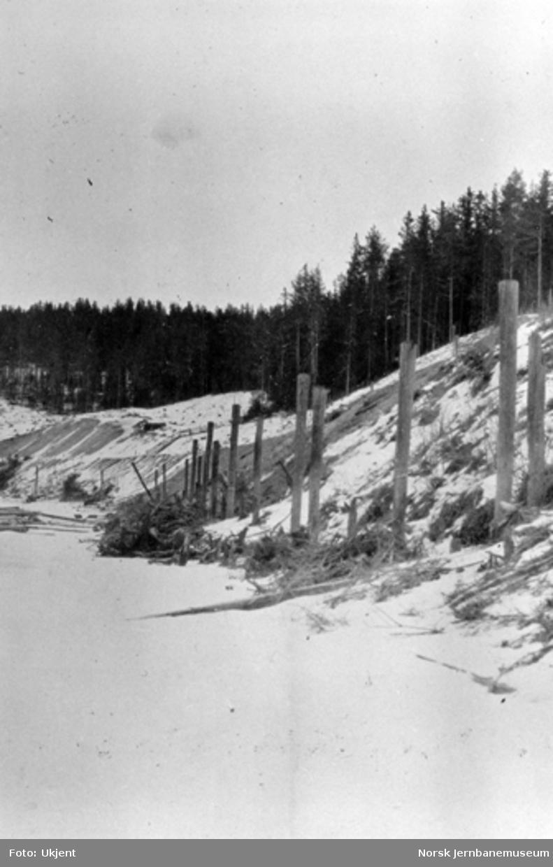 Sperillbanen ved Valdresstøa, sett sørover, pæl 200, med fortøyningspeler langs fyllingsfoten, sett nordover med grustaket til venstre