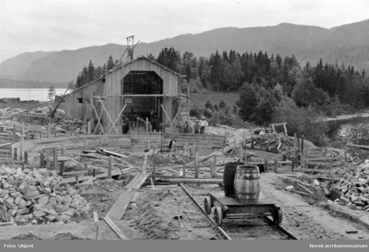 Lokomotivstallen og svingskive under bygging på Sperillen stasjon