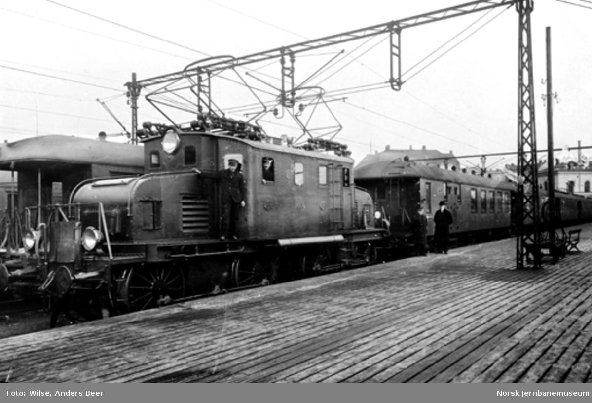 Elektrisk lokomotiv El 1 nr. 2006 med persontog