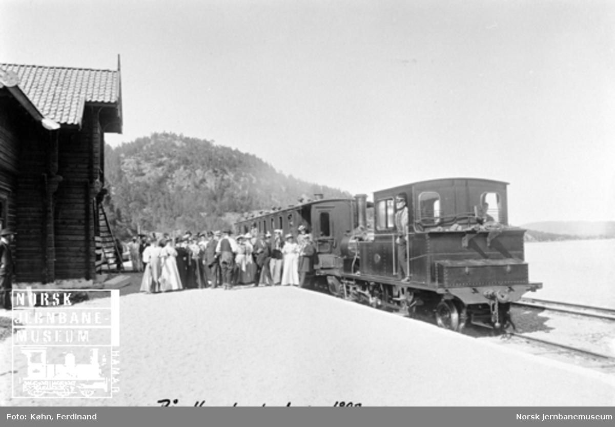 En festkledd forsamling utenfor toget på Hægeland, hvor stasjonsbygningen ennå ikke er helt ferdig
