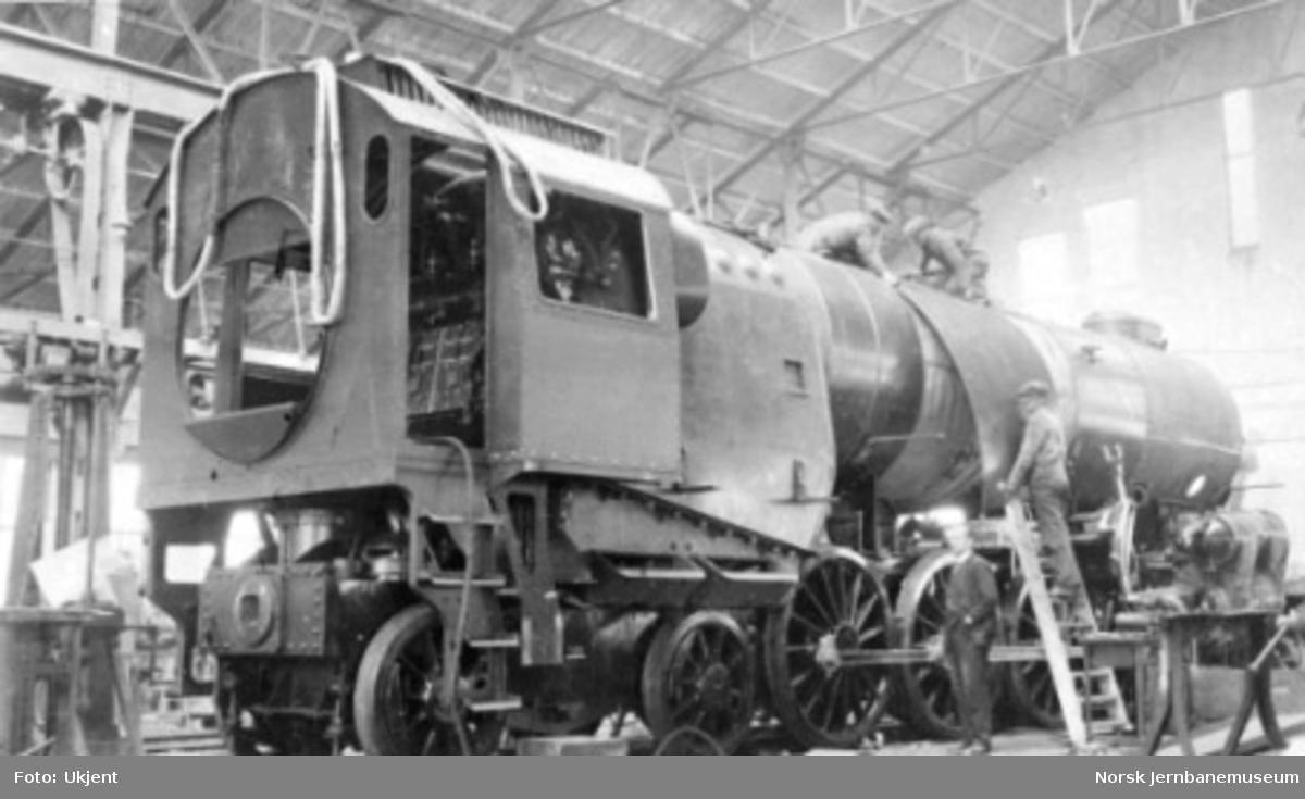 """Damplokomotiv type 49a """"Dovregubben"""" under bygging; montering av kjelplatene pågår"""