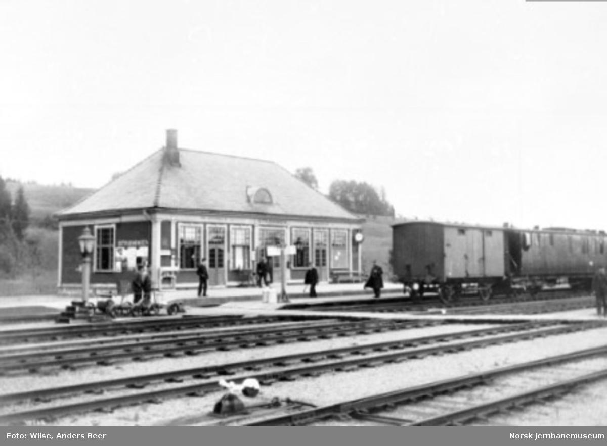 Strømmen stasjon med reisende, vogner i spor 2 og dresiner