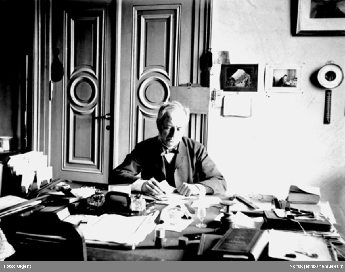 Carl Abraham Pihl ved sitt skrivebord