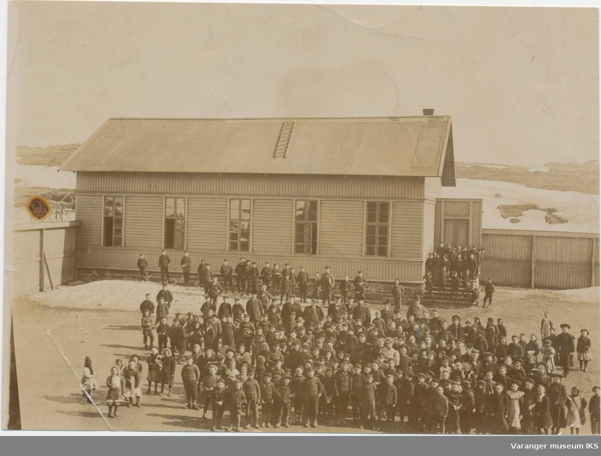 Elever og lærere i skolegården, sett fra Vardø barneskole