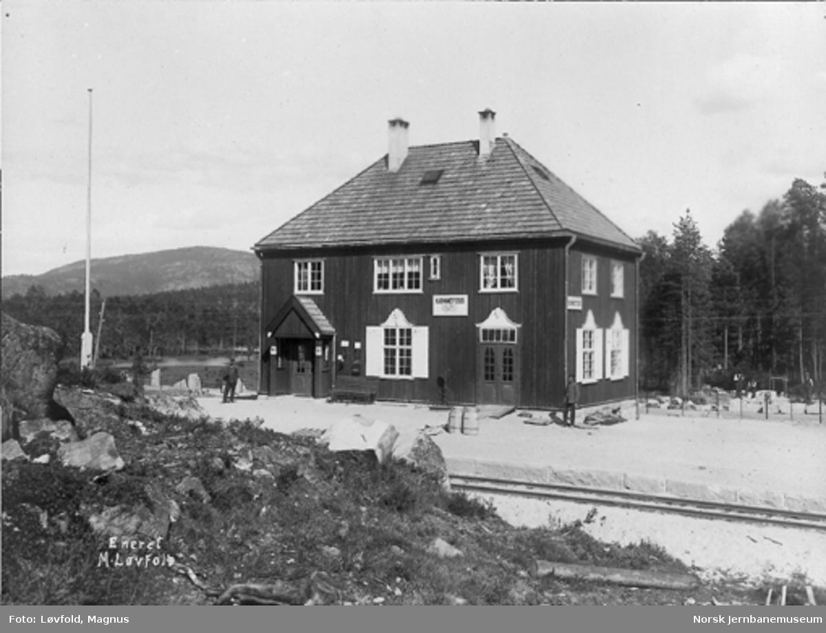 """Tjønnefoss stasjonsbygning med stasjonsskilt """"Kjønnefoss"""""""