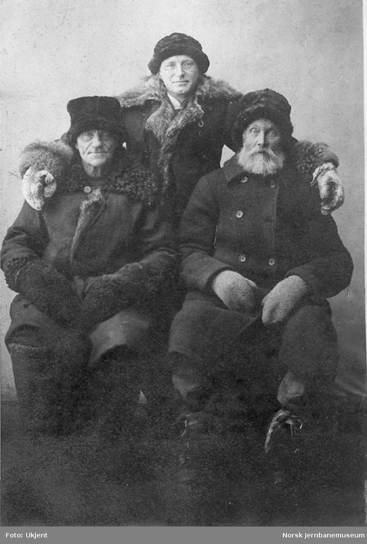 Gruppebilde av to banemestre og ingeniøren på Rørosbanen ved minus 44 grader