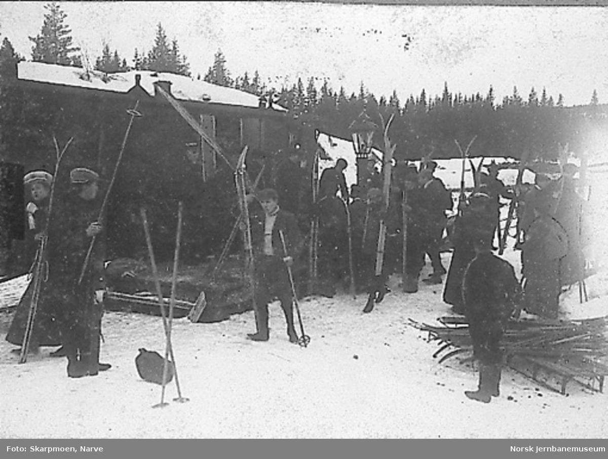 Nittedal stasjon med skiløpere som går av toget