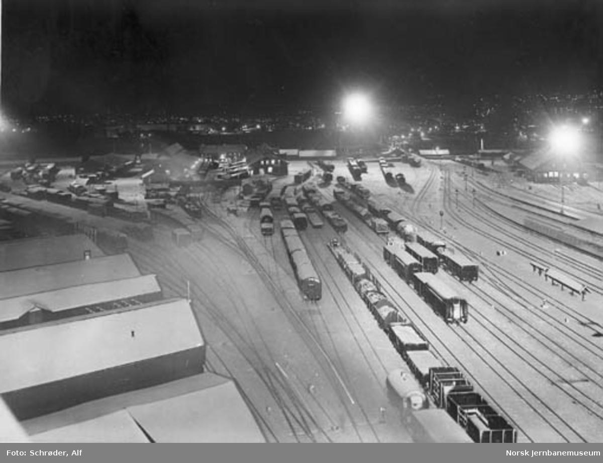 Oversiktsbilde over Trondheim stasjon, østre stasjonstomt, med ny belysning