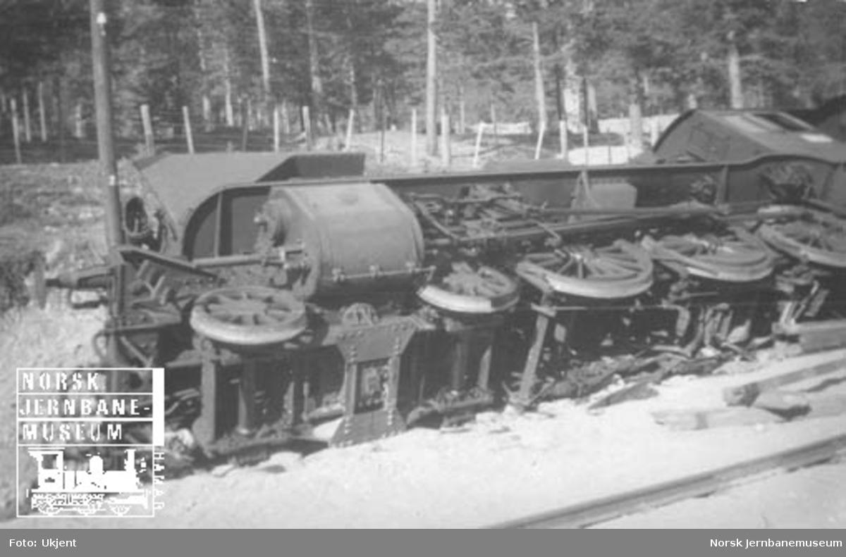 Damplokomotiv type 45a nr. 5 avsporet i bombehull ved Lesjaverk stasjon