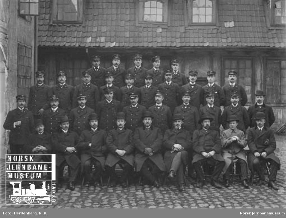 Gruppebilde av den første konduktørklassen på jernbaneskolen