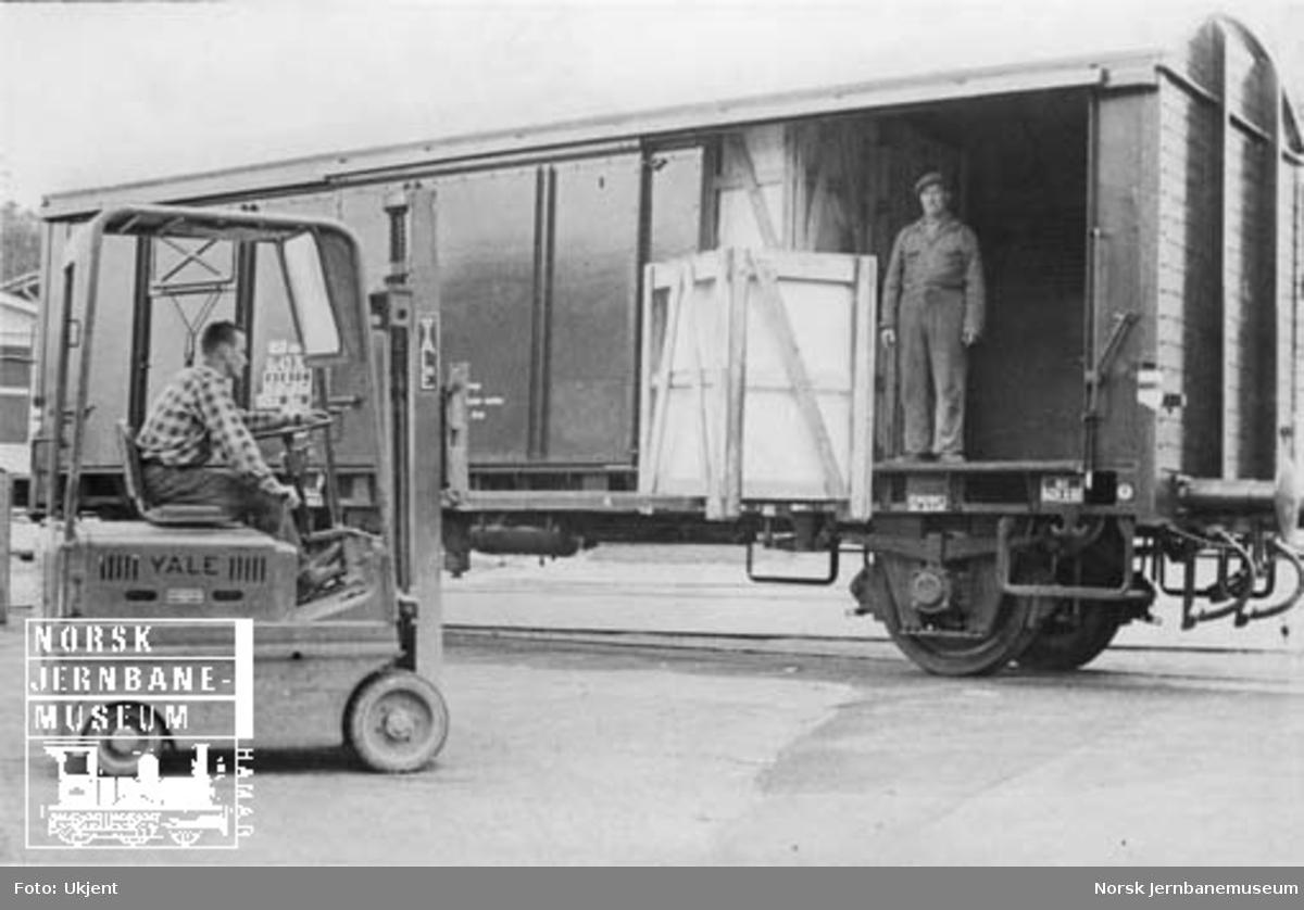 Lasting av godsvogn med gaffeltruck