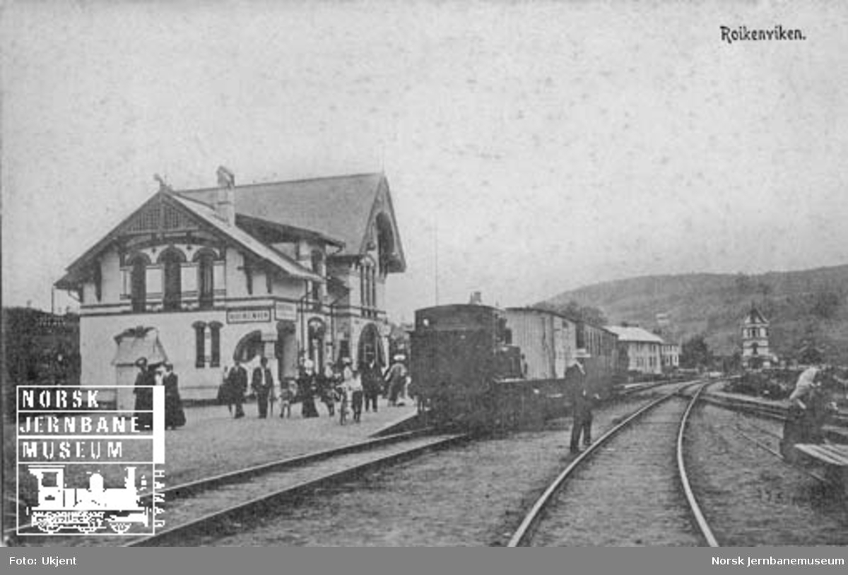 Røykenvik stasjon med folkeliv og blandet tog i spor 1