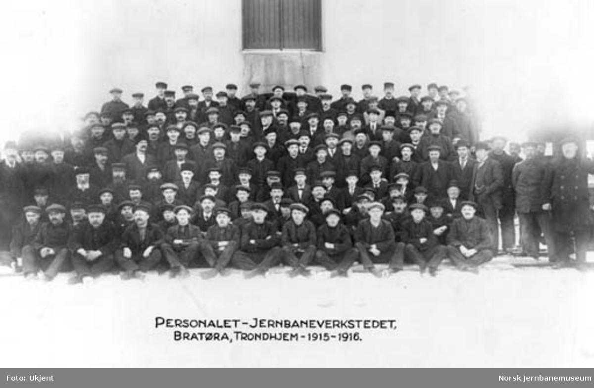 Personalet ved jernbaneverkstedet på Brattøra