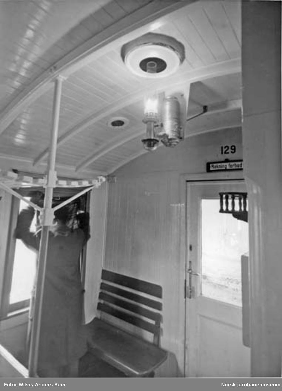 Interiørbilde fra personvogn litra Co4a nr. 129, med parafinlamper