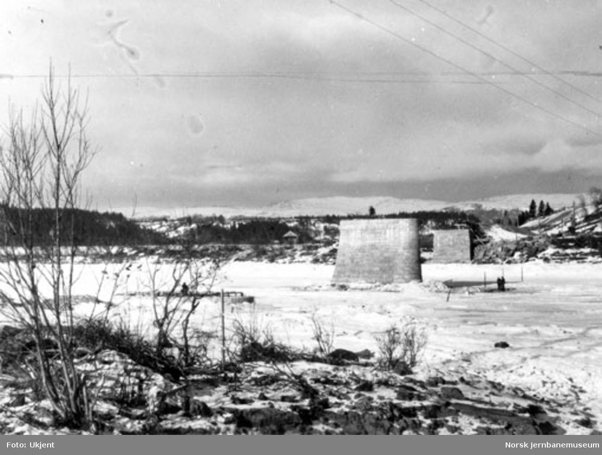 Bru over Namsen ved Bertnem : oversiktsbilde mot nordre landkar; søndre pillar stikker såvidt over isen