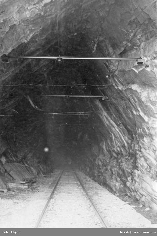 Tinnosbanens elektrifisering : kontaktledningsoppheng i Svelgfoss tunnel
