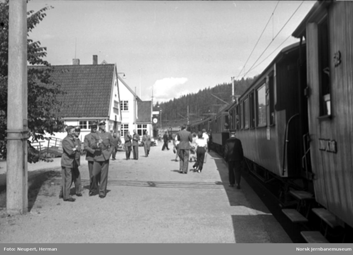 Persontog og reisende på Nordagutu stasjon
