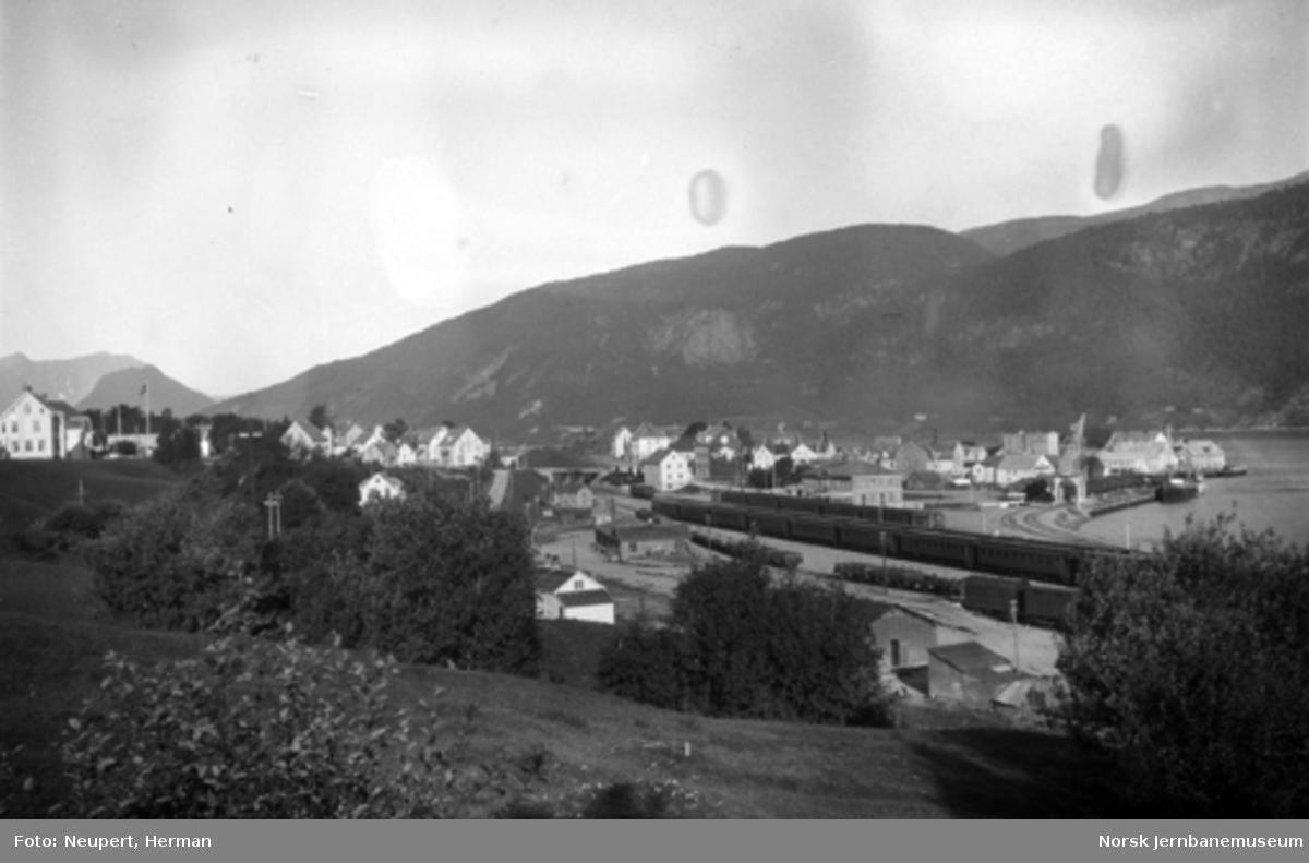 Oversiktsbilde over Åndalsnes med stasjonen, trolig ved banens åpning