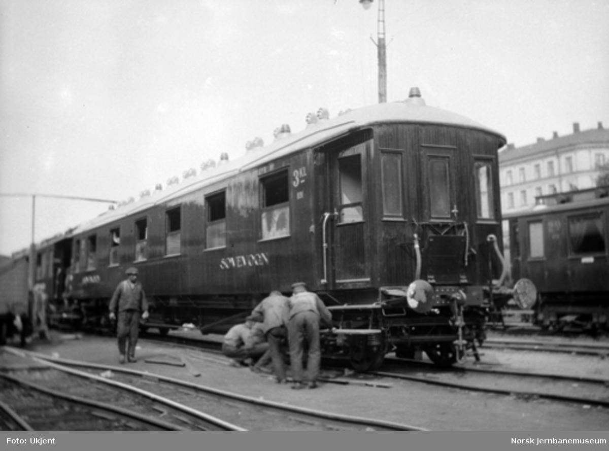 Sovevogn litra Co nr. 891 som ny, avsporet med et hjul, i Lodalen