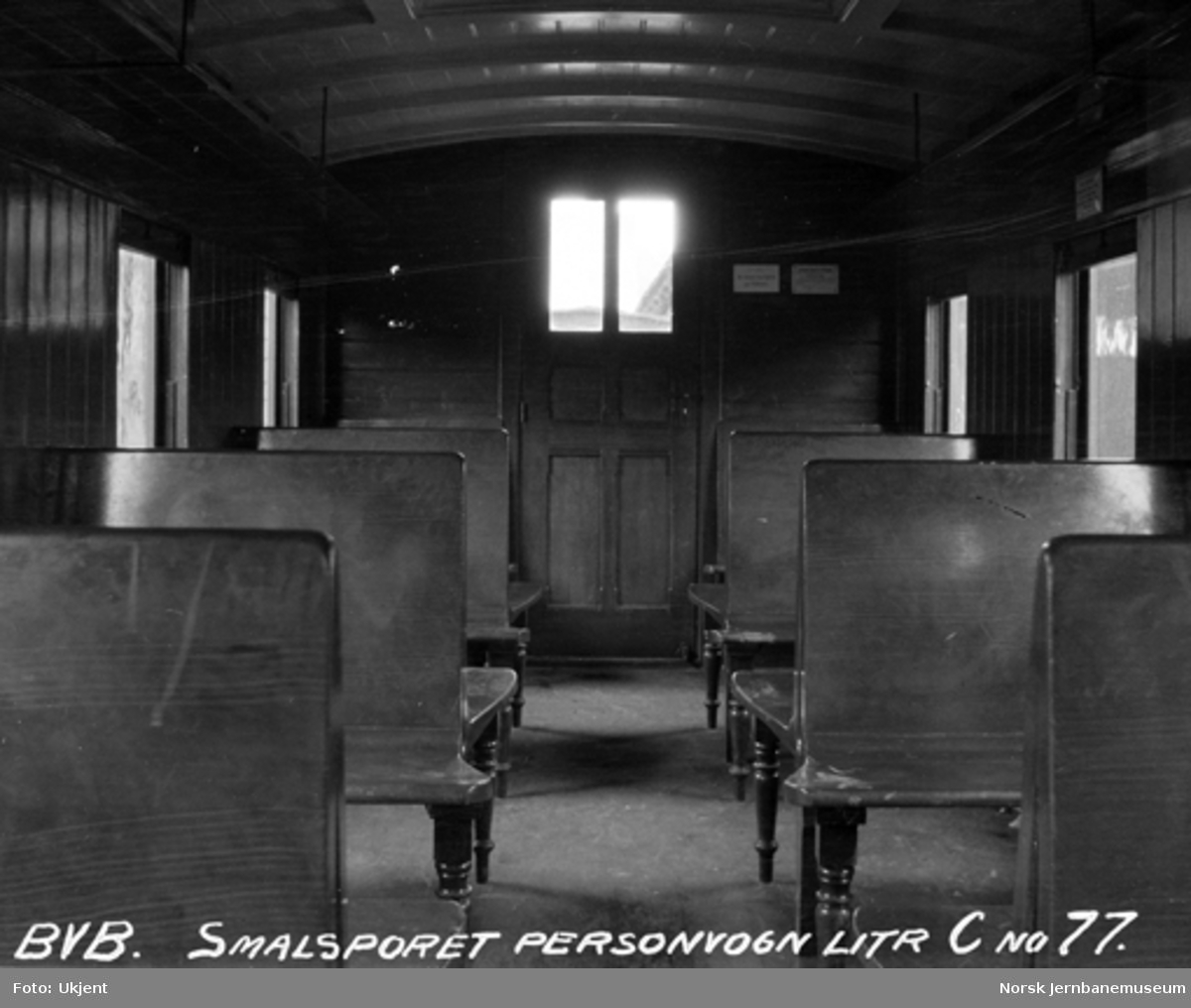 Interiørbilde fra Vossebanens smalsporede personvogn litra C nr. 77