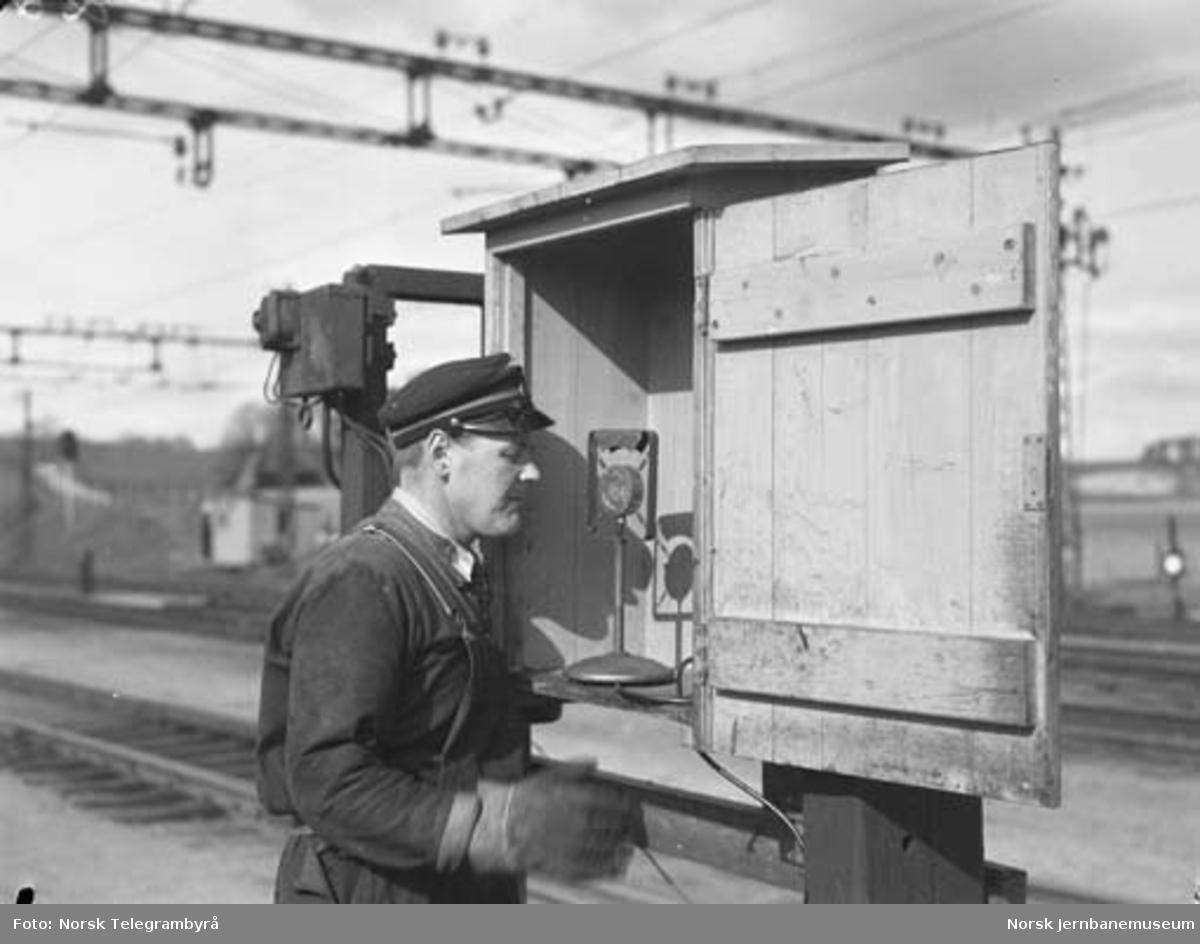 Der vognene harpes - skiftekonduktør I. K. Kristiansen gir ordre over høyttaleren til sporskifterne på Alnabru